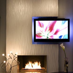 ロサンゼルスの大きいコンテンポラリースタイルのおしゃれなLDK (標準型暖炉、白い壁、磁器タイルの床、金属の暖炉まわり、埋込式メディアウォール、白い床) の写真