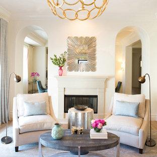 Diseño de salón cerrado, clásico renovado, de tamaño medio, sin televisor, con paredes blancas y chimenea de doble cara