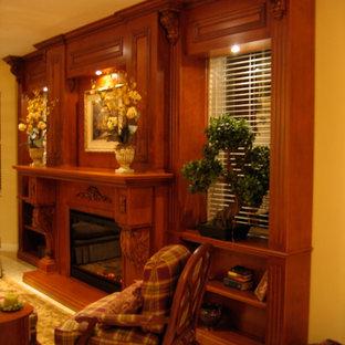 マイアミの中サイズのトラディショナルスタイルのおしゃれな独立型リビング (フォーマル、ベージュの壁、カーペット敷き、標準型暖炉、木材の暖炉まわり、壁掛け型テレビ、ベージュの床) の写真