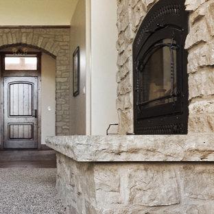 Ispirazione per un soggiorno tradizionale di medie dimensioni e aperto con pareti bianche, moquette, camino classico, cornice del camino in pietra e TV autoportante