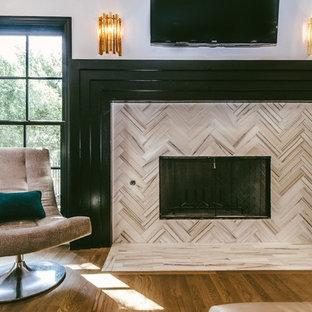 Foto di un soggiorno minimalista di medie dimensioni e aperto con pareti viola, parquet chiaro, camino classico, cornice del camino piastrellata e TV a parete