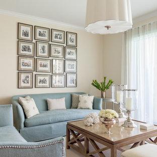 Diseño de salón para visitas abierto, clásico renovado, pequeño, sin televisor, con paredes beige, suelo de madera clara, chimenea tradicional y marco de chimenea de piedra