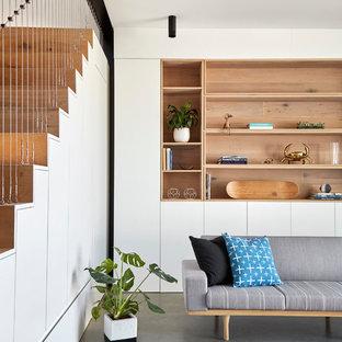 Ispirazione per un piccolo soggiorno contemporaneo aperto con pareti bianche, pavimento in cemento e pavimento grigio