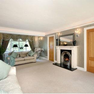 Esempio di un ampio soggiorno classico con pareti verdi e moquette