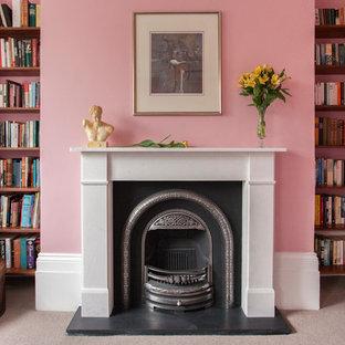 Klassisches Wohnzimmer mit rosa Wandfarbe, Kamin, Kaminsims aus Stein und Teppichboden in London