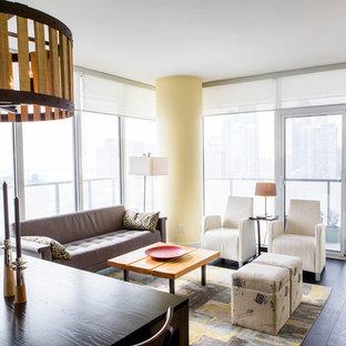 トロントの中サイズのアジアンスタイルのおしゃれなLDK (黄色い壁、濃色無垢フローリング、吊り下げ式暖炉、金属の暖炉まわり、壁掛け型テレビ) の写真