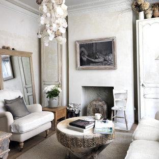 Réalisation d'un salon style shabby chic fermé et de taille moyenne avec un mur beige.