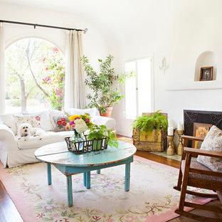 Großes, Abgetrenntes Shabby-Chic-Style Wohnzimmer mit weißer Wandfarbe, dunklem Holzboden, Kamin und verputzter Kaminumrandung in Los Angeles