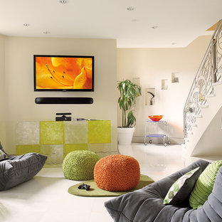 Immagine di un piccolo soggiorno minimalista aperto con pareti bianche, pavimento in marmo e TV a parete