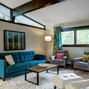 Immagine di un soggiorno moderno con pareti bianche e parquet chiaro