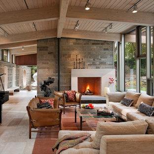 Diseño de salón con rincón musical cerrado, moderno, grande, sin televisor, con chimenea tradicional, marco de chimenea de hormigón y suelo multicolor