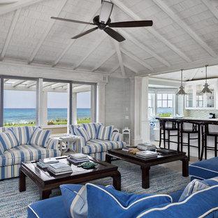 Modelo de salón abierto, costero, grande, sin televisor, con paredes blancas