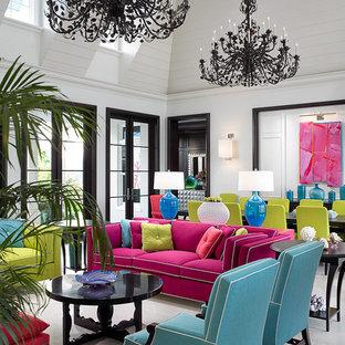 Immagine di un soggiorno tropicale con pareti bianche e nessun camino