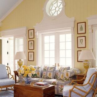 Esempio di un soggiorno tropicale aperto con sala formale e pareti gialle
