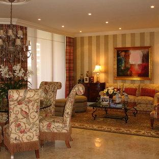 マイアミの大きいヴィクトリアン調のおしゃれなLDK (フォーマル、マルチカラーの壁、トラバーチンの床、テレビなし、ベージュの床) の写真
