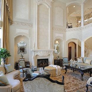 Medelhavsstil inredning av ett vardagsrum, med ett finrum, beige väggar, en standard öppen spis och beiget golv