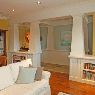 Ispirazione per un soggiorno stile americano di medie dimensioni e aperto con libreria, pareti gialle, pavimento in legno massello medio, nessun camino, nessuna TV e pavimento arancione