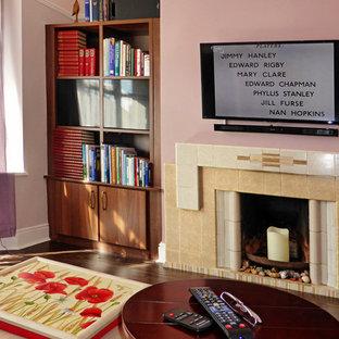 Diseño de salón cerrado, contemporáneo, pequeño, con paredes púrpuras, suelo de madera oscura, estufa de leña, marco de chimenea de baldosas y/o azulejos y televisor colgado en la pared