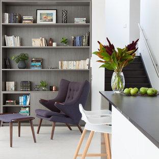 Ispirazione per un soggiorno moderno di medie dimensioni e aperto con libreria, pareti bianche, pavimento in sughero e pavimento bianco