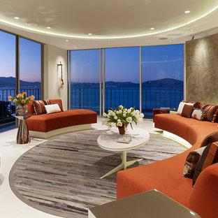 Imagen de salón abierto, moderno, pequeño, con paredes grises y suelo de mármol