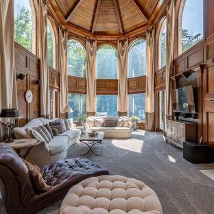Modelo de salón clásico con paredes marrones, moqueta, chimenea tradicional, televisor colgado en la pared y suelo gris