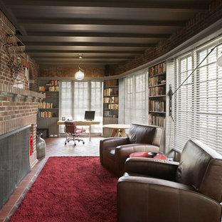 Immagine di un soggiorno industriale di medie dimensioni e aperto con pavimento in mattoni, camino classico, cornice del camino in mattoni, libreria, pareti rosse, nessuna TV e pavimento rosso