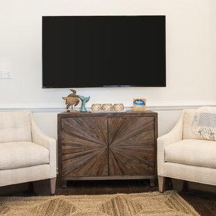 Idee per un soggiorno stile marino di medie dimensioni e aperto con sala formale, pareti bianche, pavimento in legno massello medio, camino bifacciale, cornice del camino in intonaco, TV a parete e pavimento marrone