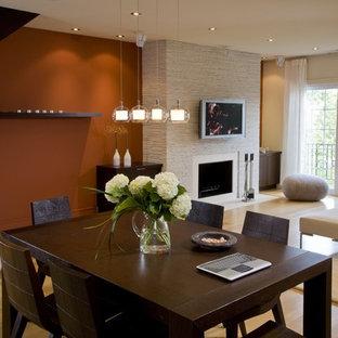 Idee per un soggiorno minimalista con camino classico e TV a parete
