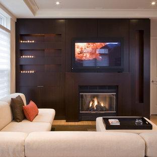 Imagen de salón clásico renovado con chimenea tradicional y televisor colgado en la pared