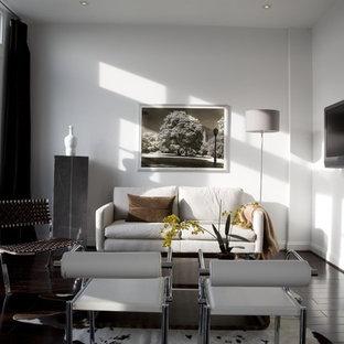 Ejemplo de salón contemporáneo con paredes blancas, suelo de madera oscura, televisor colgado en la pared y suelo negro