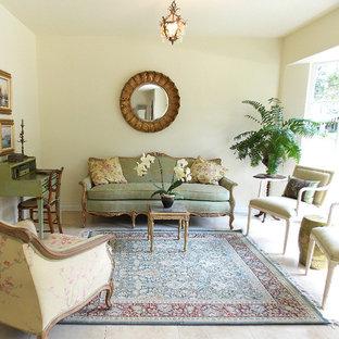 Foto di un soggiorno tradizionale di medie dimensioni e chiuso con sala formale, nessuna TV, pavimento in travertino, nessun camino e pareti beige