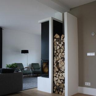 Ispirazione per un soggiorno minimalista con pareti bianche e camino ad angolo