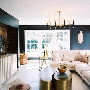 Foto på ett stort funkis allrum med öppen planlösning, med svarta väggar, en fristående TV och betonggolv