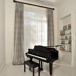 マイアミの中サイズのコンテンポラリースタイルのおしゃれなLDK (ミュージックルーム、白い壁、テレビなし、大理石の床、暖炉なし、ベージュの床) の写真