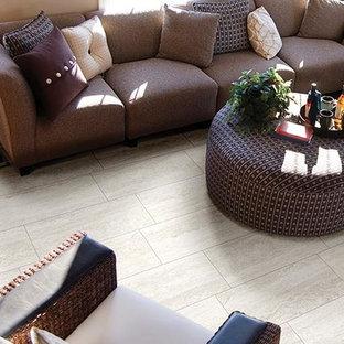 Diseño de salón abierto, clásico, de tamaño medio, con parades naranjas y suelo de baldosas de porcelana