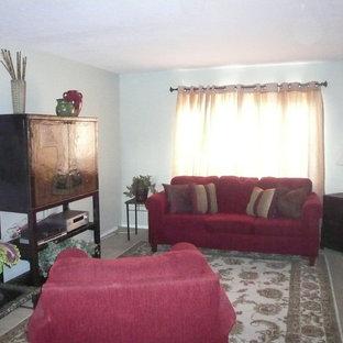 Idee per un soggiorno etnico di medie dimensioni e chiuso con pareti blu, moquette, nessun camino e TV nascosta