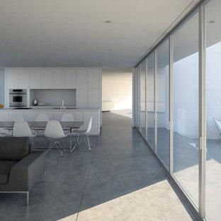 ロサンゼルスの中サイズのモダンスタイルのおしゃれなLDK (フォーマル、白い壁、コンクリートの床) の写真