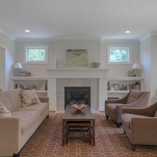 Foto di un soggiorno american style di medie dimensioni e aperto con parquet chiaro, camino classico, cornice del camino in pietra e pareti grigie