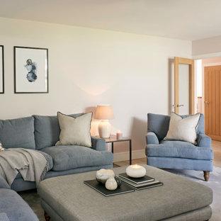 Immagine di un soggiorno minimal di medie dimensioni e aperto con parquet chiaro, camino bifacciale e TV a parete