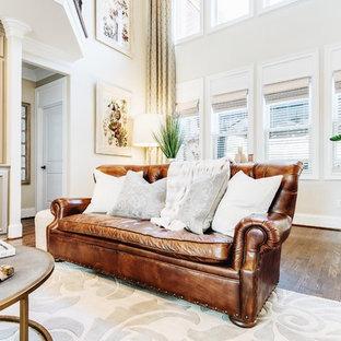 Foto di un grande soggiorno tradizionale aperto con pareti beige, pavimento in sughero, camino classico, cornice del camino in pietra, TV a parete e pavimento marrone