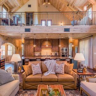 Modelo de salón para visitas abierto, rústico, sin chimenea y televisor, con paredes blancas y suelo de madera en tonos medios