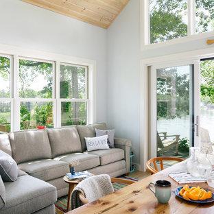 Diseño de salón abierto, de estilo de casa de campo, pequeño, sin chimenea y televisor, con paredes azules, suelo de madera clara y suelo beige