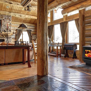 Diseño de salón abierto, de estilo americano, extra grande, con suelo de madera en tonos medios, estufa de leña y marco de chimenea de piedra