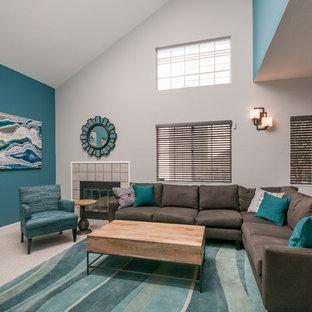 Idee per un soggiorno contemporaneo di medie dimensioni e aperto con pareti blu, moquette, camino classico, cornice del camino piastrellata e TV autoportante