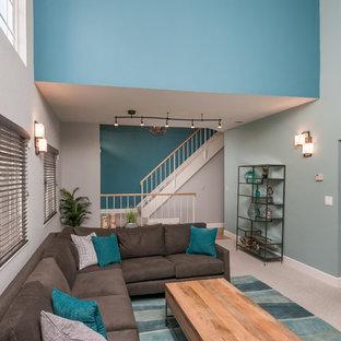 Bild på ett mellanstort funkis allrum med öppen planlösning, med blå väggar, heltäckningsmatta, en standard öppen spis och en spiselkrans i trä