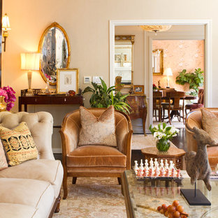 Example of a classic living room design in Los Angeles