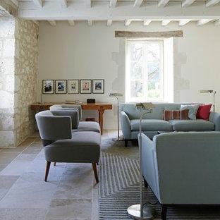 Cette photo montre un grand salon nature avec une salle de réception, un mur beige et aucune cheminée.