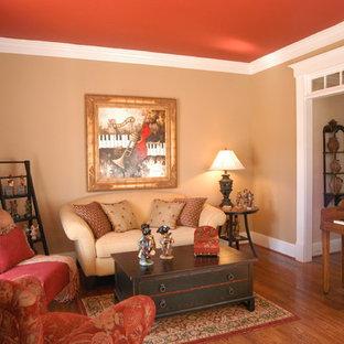 Esempio di un soggiorno tradizionale di medie dimensioni e chiuso con sala della musica, pareti beige, pavimento in legno massello medio, nessun camino e nessuna TV