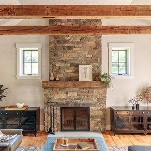 Inspiration för lantliga vardagsrum, med grå väggar, mellanmörkt trägolv, en standard öppen spis och brunt golv