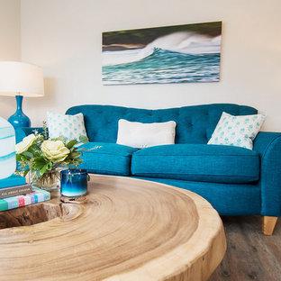 バンクーバーの小さいビーチスタイルのおしゃれなLDK (グレーの壁、クッションフロア) の写真